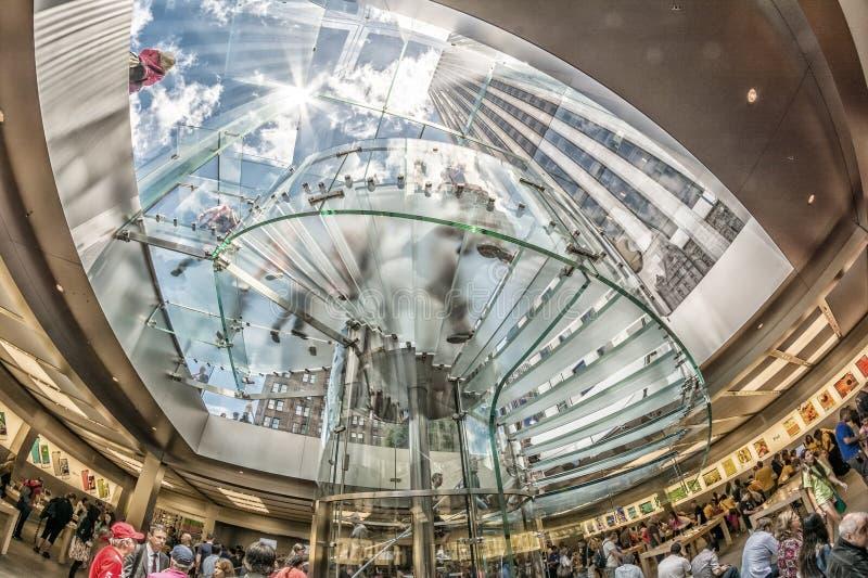 MIASTO NOWY JORK, CZERWIEC - 12: Ludzie odwiedza Apple Store na 5th obrazy stock