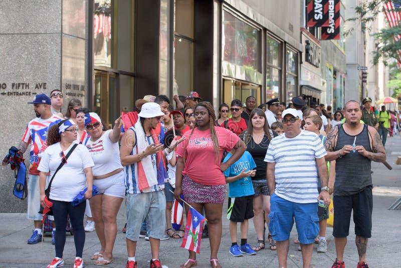 MIASTO NOWY JORK, CZERWIEC - 14 2015: Roczna Puerto Rico dnia parada wypełniał 5th aleję fotografia royalty free