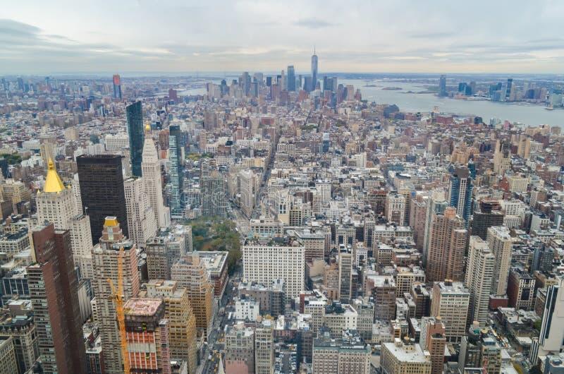 Miasto Nowy Jork drapacz chmur dachu miastowy widok z niebem i chmurnym tłem fotografia stock