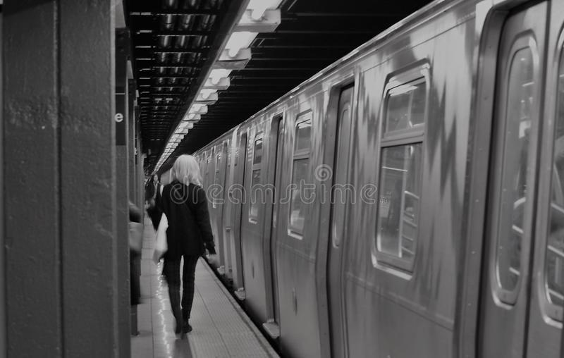 Miasto Nowy Jork dziewczyny Modna Modna kobieta Dojeżdżać do pracy NYC stacji metrej platformę obraz stock
