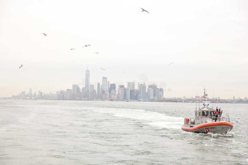 Miasto Nowy Jork linia horyzontu i USA straży przybrzeżnej łódź patrolowa obrazy stock