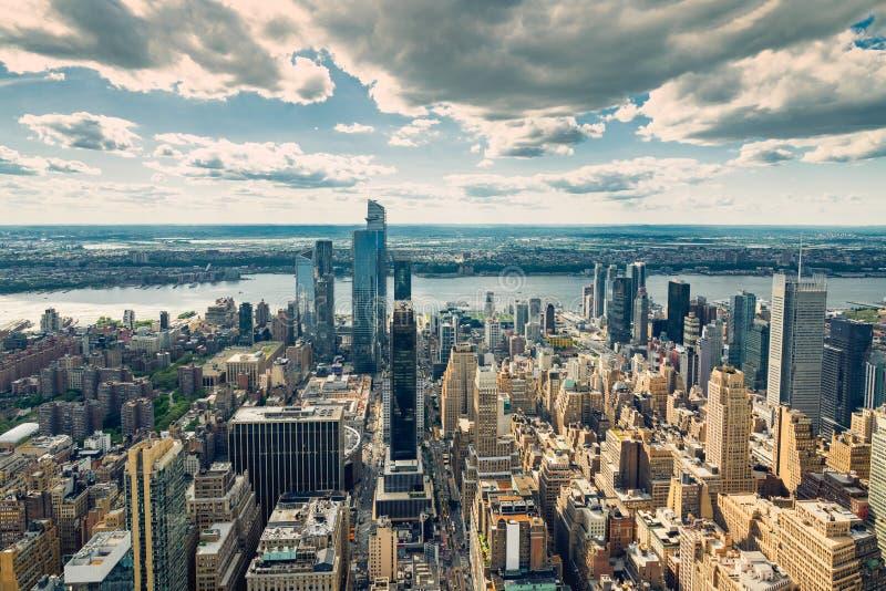Miasto Nowy Jork linia horyzontu widok z lotu ptaka z Dramatycznym Chmurnym niebem w tle obraz stock