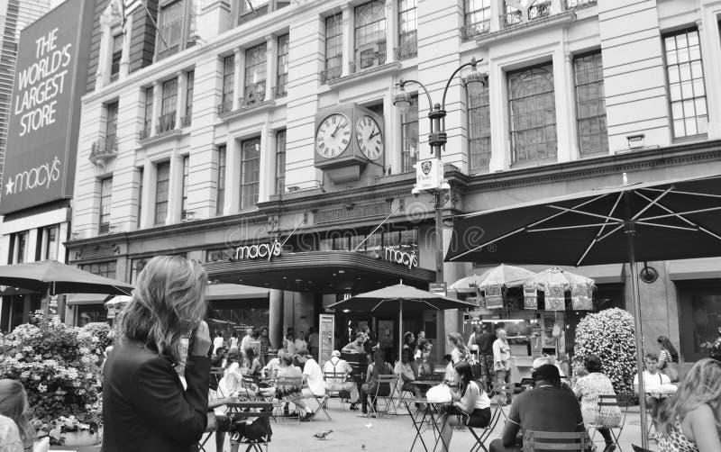 Miasto Nowy Jork Maca ` s wejście z miejsca siedzące na ulicach Czarnych & Białym tle zdjęcia stock