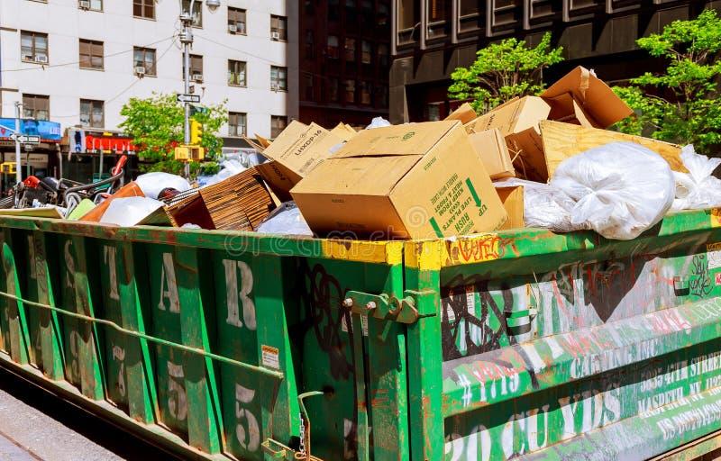 MIASTO NOWY JORK, Maj - 04, 2017 Miasto Nowy Jork Manhattan Nad bieżącymi śmietnikami foluje z śmieci obrazy royalty free