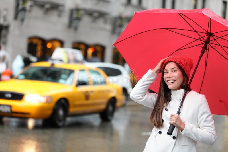 Miasto Nowy Jork Manhattan kobieta z spadku parasolem zdjęcie stock