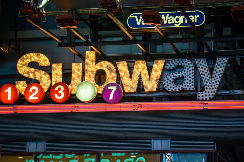 Miasto Nowy Jork metra znak zaświecający up przy nocą zdjęcia royalty free