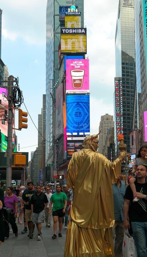 Miasto Nowy Jork, NY, usa 05 29 2016 lstreet wykonawca, pedestrians na times square i obraz stock
