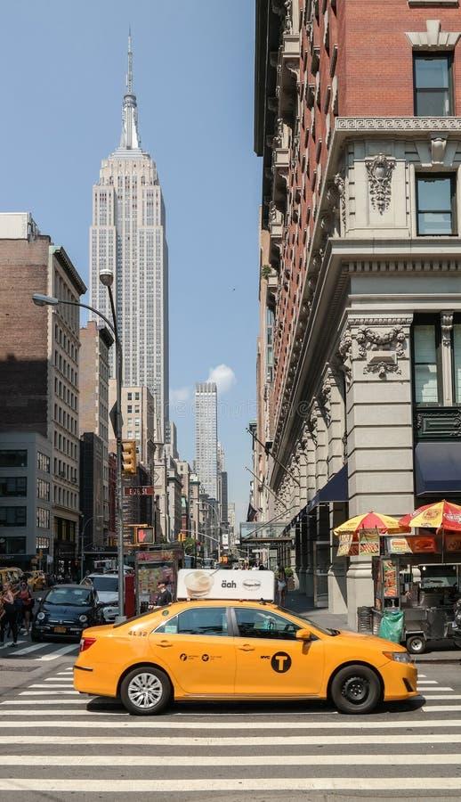 Miasto Nowy Jork, NY, usa 05 28 2016 taxi na E 26th ulicie z empire state building obraz stock