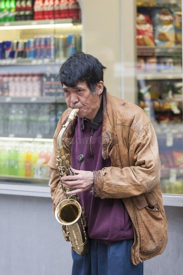 Miasto Nowy Jork, Październik - 10: Dojrzała Azjatycka mężczyzna kwadrata sztuka czasami fotografia stock