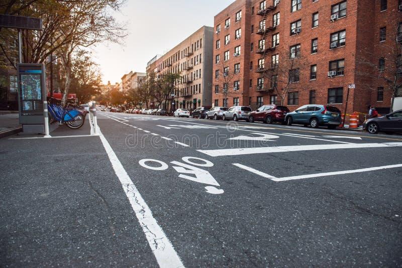 Miasto Nowy Jork Poza śródmieściem ulica z budynku mieszkalnego i bicyklu drogą obraz stock