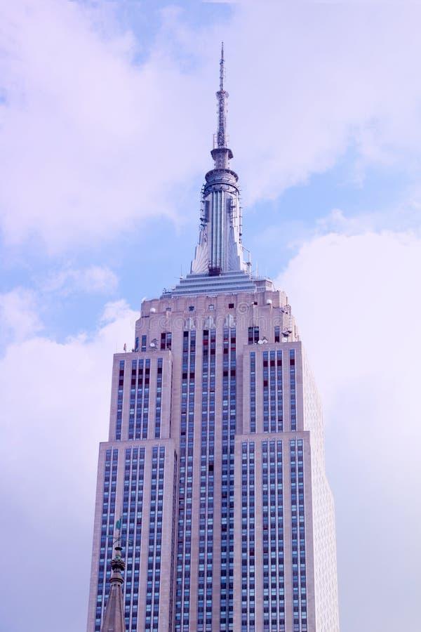 Miasto Nowy Jork, Sierpień - 25, 2018: Przegląda przyglądającego w górę empire state building w Miasto Nowy Jork zdjęcie stock