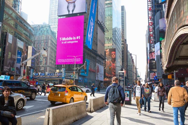 Miasto Nowy Jork Stany Zjednoczone, Listopad, - 2, 2017: Citylife i ruch drogowy na Manhattan ` s alei blisko times square fotografia royalty free
