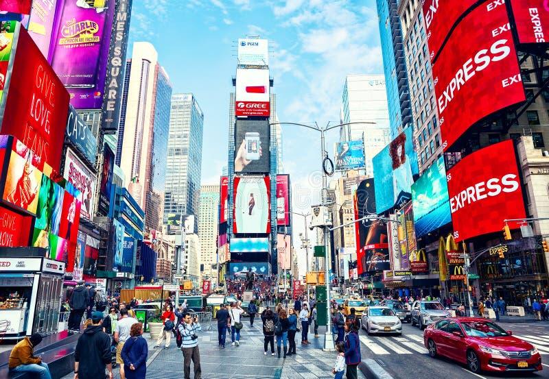 Miasto Nowy Jork Stany Zjednoczone, Listopad, - 2, 2017: Miasta życie w times square przy dniem zdjęcia stock
