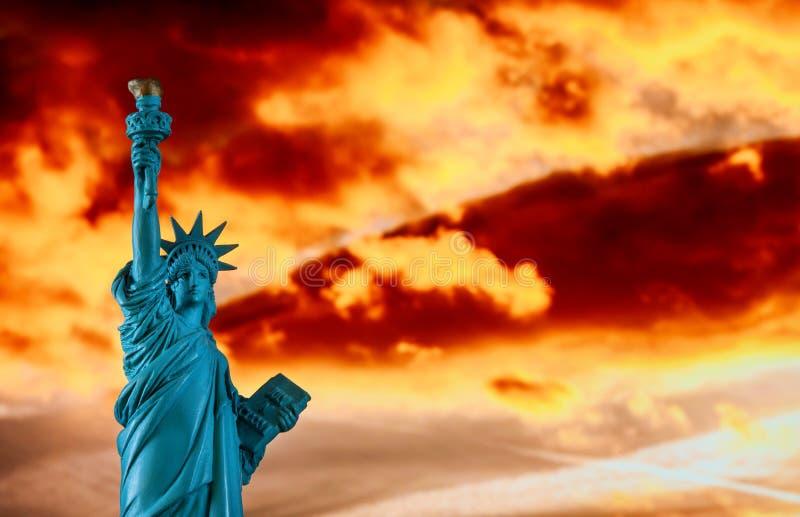 Miasto Nowy Jork statua wolności w kolorowym zmierzchu obraz stock