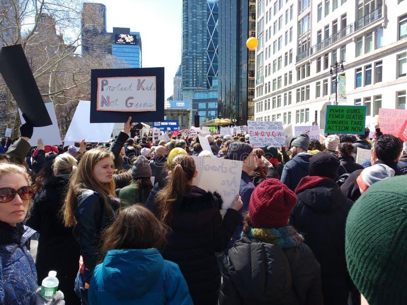 Miasto Nowy Jork tłum, Marzec dla Nasz żyć, Armatnia reforma, NYC, NY, usa zdjęcia royalty free