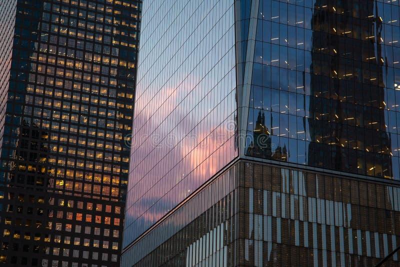 Miasto Nowy Jork, usa/- AUG 22 2018: One World Trade Center zewnętrzny odbicie przy zmierzchem w Niskim Manahttan obraz stock