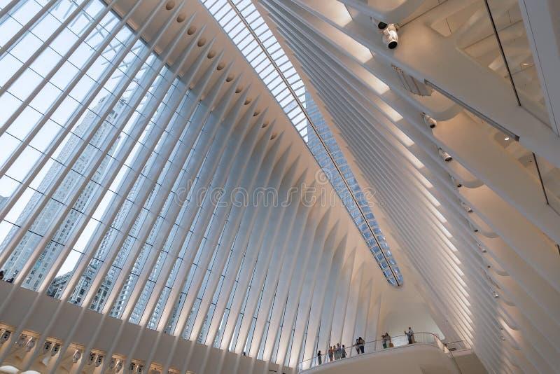Miasto Nowy Jork, usa/- AUG 22 2018: World Trade Center transportu centrum Oculus wewnętrzny widok przy zmierzchem fotografia royalty free