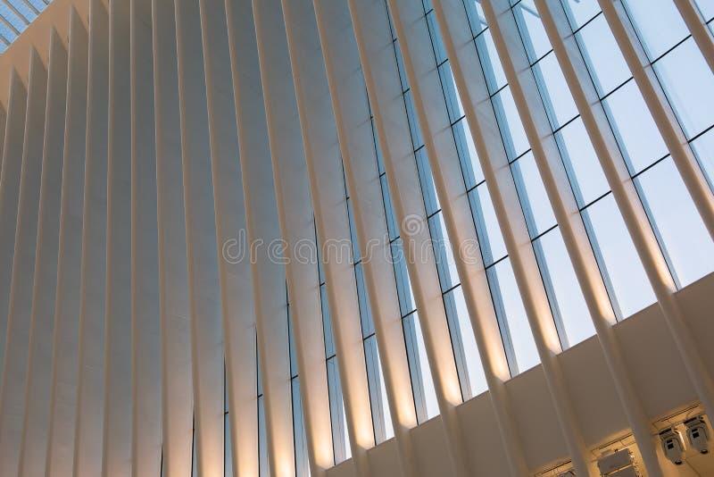 Miasto Nowy Jork, usa/- AUG 22 2018: World Trade Center transportu centrum Oculus wewnętrzny widok przy zmierzchem zdjęcia stock