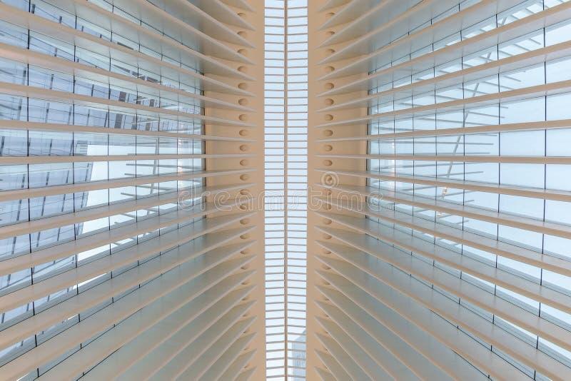 Miasto Nowy Jork, usa/- AUG 22 2018: World Trade Center transportu centrum Oculus wewnętrzny widok przy zmierzchem obrazy royalty free