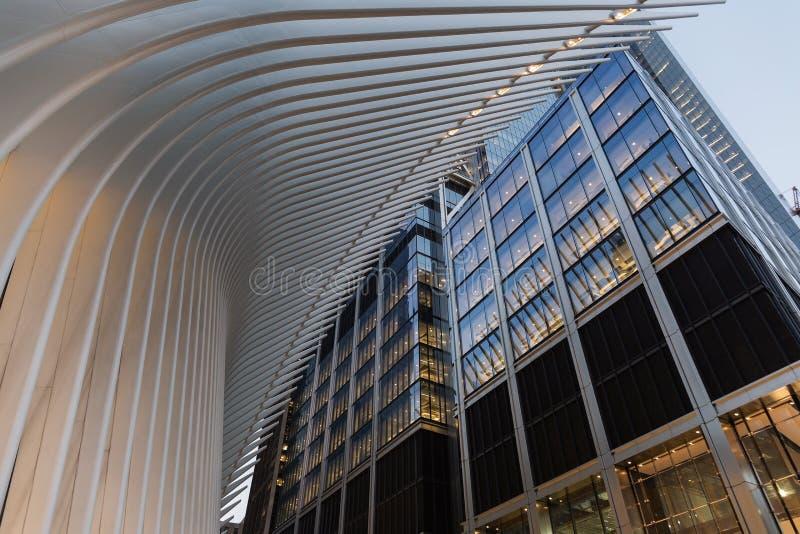 Miasto Nowy Jork, usa/- AUG 22 2018: World Trade Center transportu centrum Oculus zewnętrzny szczegół przy zmierzchem zdjęcie royalty free