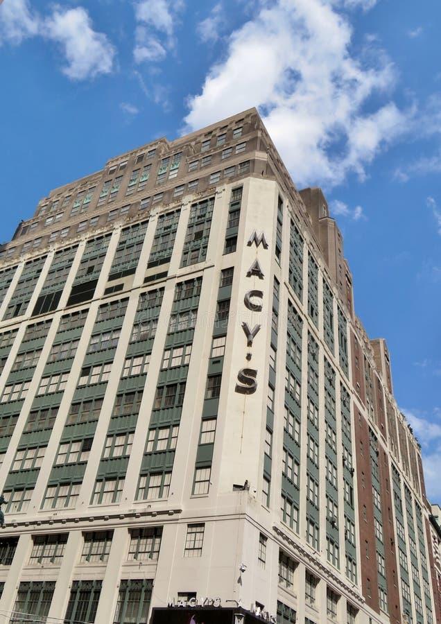 Miasto Nowy Jork, usa, Czerwiec 19, 2017 redakcyjny use onl - Macy ` s Wydziałowy sklep i Empirte stan Buduje w tle - obraz royalty free