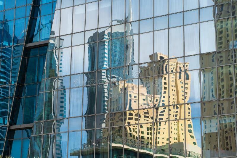 Miasto odbite w oknach ściany budynku nowoczesnego biurowego zdjęcie stock