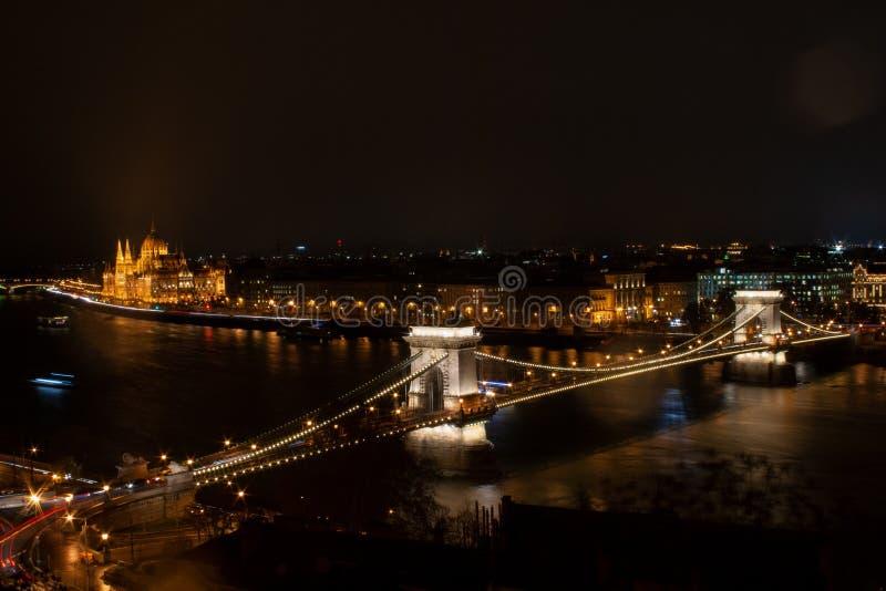 Miasto panorama - linia horyzontu Budapest Łańcuszkowego mostu tła pierwszoplanowy parlament zdjęcia royalty free