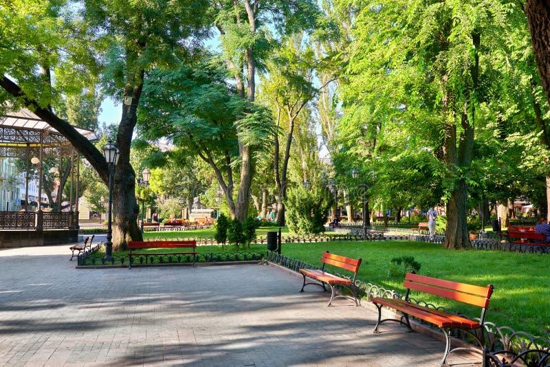 Miasto park przy centrum miasteczkiem, lato sezon, jaskrawy światło słoneczne, cienie, piękny krajobraz, dom i ludzie na ulicie, zdjęcia stock