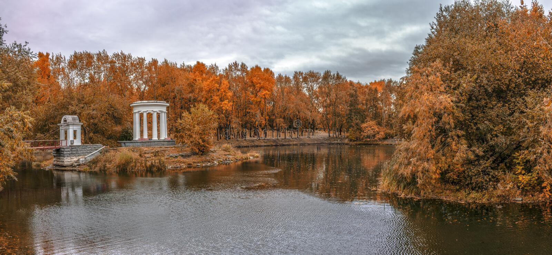 Miasto Parkowy staw w opóźnionej złotej jesieni fotografia royalty free