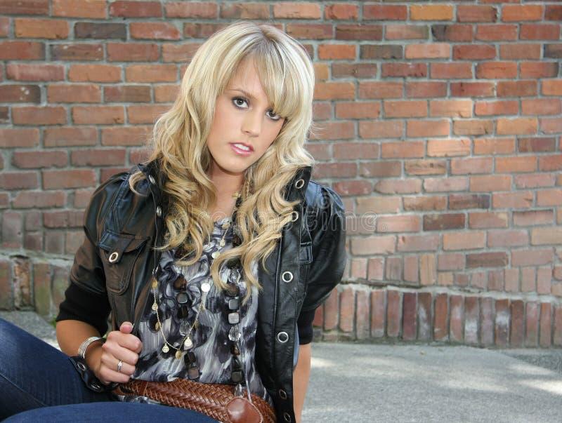 miasto piękna blond dziewczyna fotografia stock