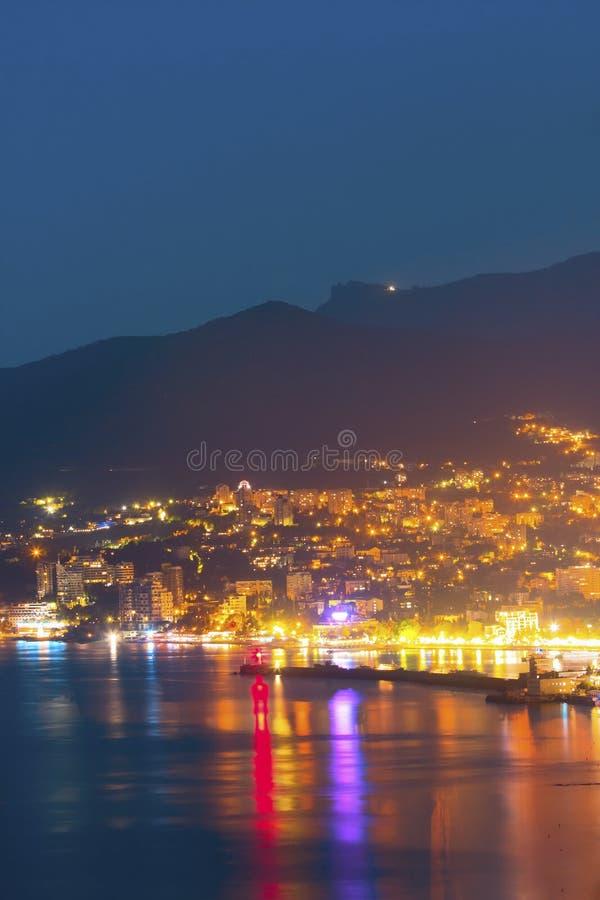 Miasto pod górą przy nocą zdjęcie royalty free