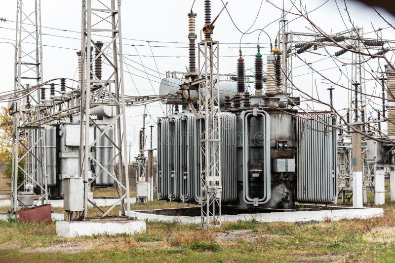 Miasto podstacja energetyczna, w górę, transformator z wysokonapięciowymi drutami zdjęcie royalty free