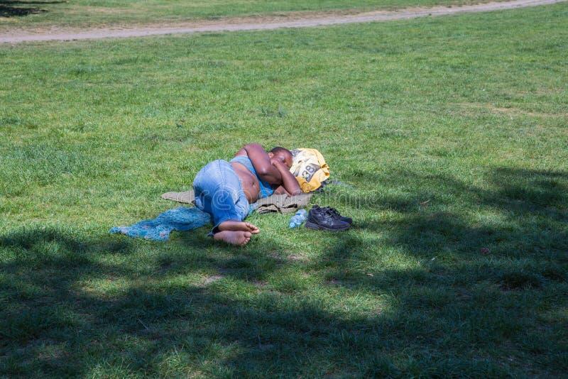 Miasto Praga, republika czech Kobiety dosypianie w miasto parka zielonej trawie 2019 25 fartuch Podr??y fotografia fotografia royalty free