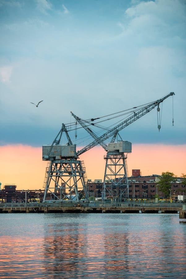 miasto przemysłowy teren z portowymi żurawiami przy zmierzchu czasem obrazy royalty free