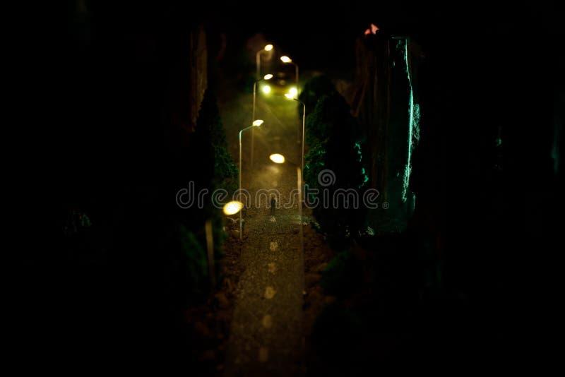 Miasto przy nocą w zwartej mgle Gęsty smog na ciemnej ulicie Sylwetki mężczyzna na drodze serwetki płytkę tabeli dekoracji Selekc obrazy stock