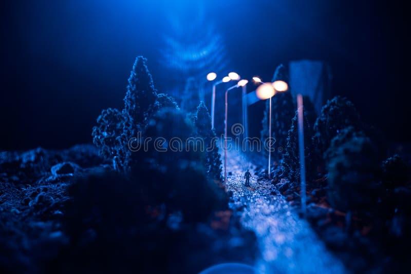 Miasto przy nocą w zwartej mgle Gęsty smog na ciemnej ulicie Sylwetki mężczyzna na drodze serwetki płytkę tabeli dekoracji Selekc zdjęcie stock