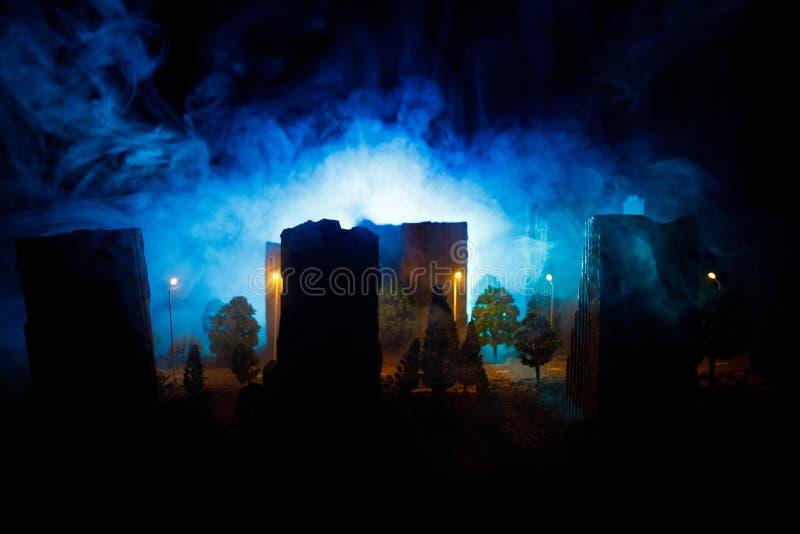Miasto przy nocą w zwartej mgle Gęsty smog na ciemnej ulicie Sylwetki mężczyzna na drodze serwetki płytkę tabeli dekoracji Selekc fotografia stock