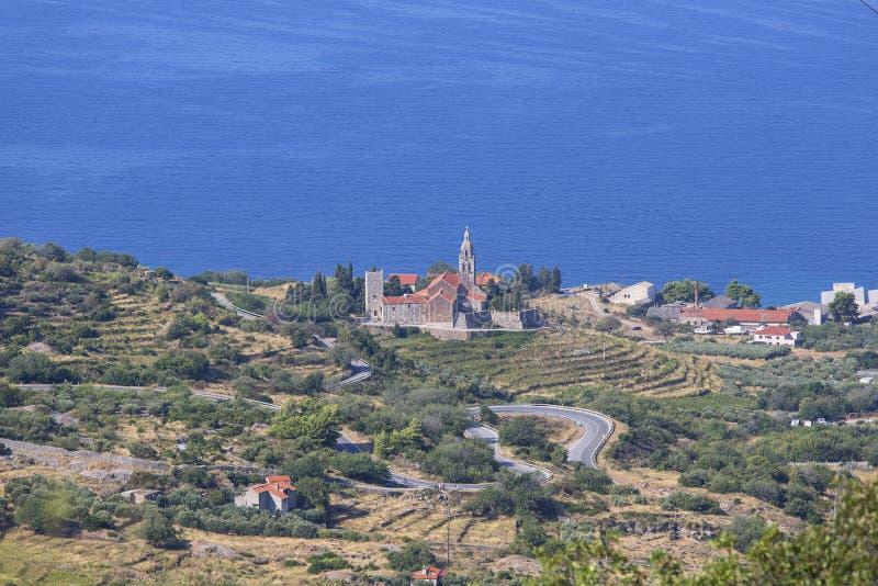 Miasto przybrzeżne leżące na wyspie Vis na Morzu Adriatyckim, widok na kościół św. Mikołaja, Komiza, Chorwacja zdjęcia stock