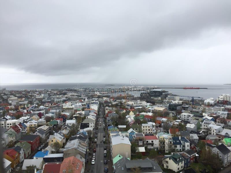 Miasto reykjavÃk nieba linia na chmurnym przygnębiającym dniu obrazy stock