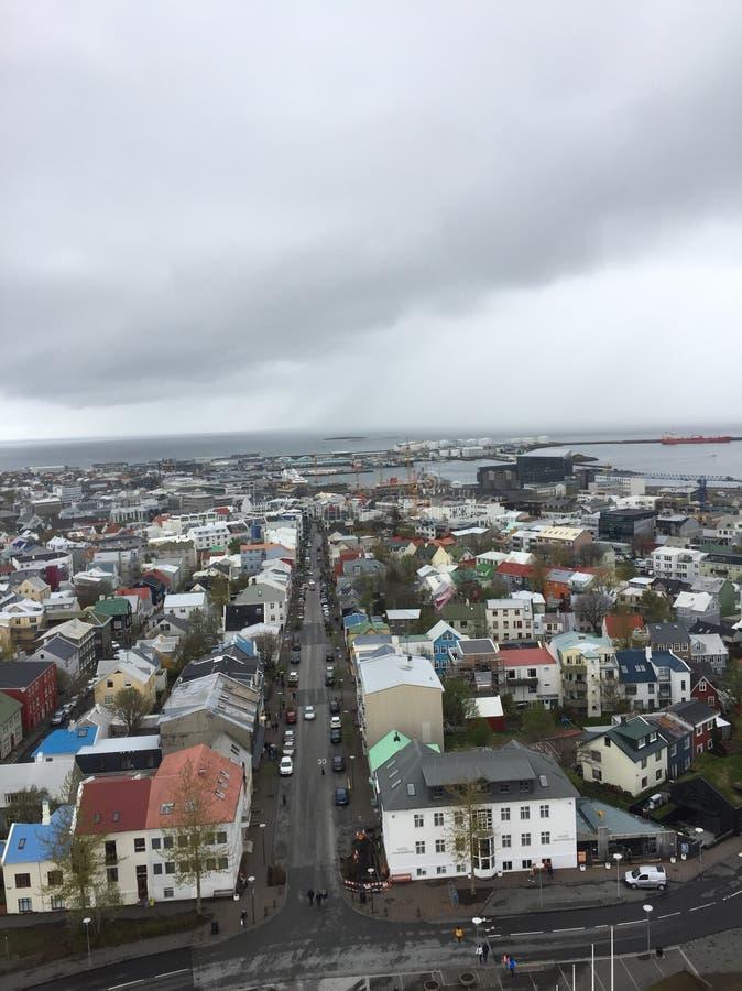 Miasto reykjavÃk nieba linia na chmurnym przygnębiającym dniu fotografia stock