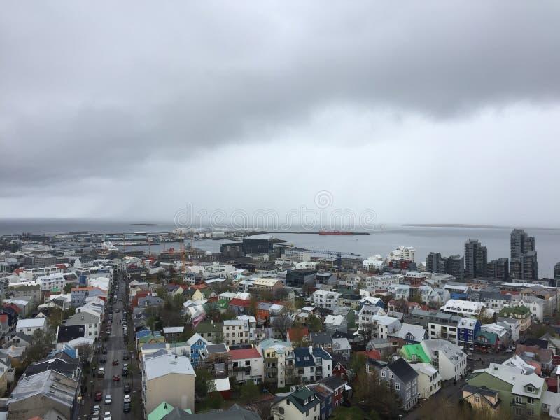 Miasto reykjavÃk nieba linia na chmurnym przygnębiającym dniu obrazy royalty free