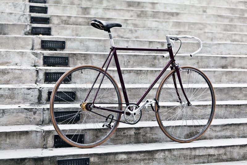 Miasto rowerowi i betonowi schodki, rocznika styl zdjęcie stock