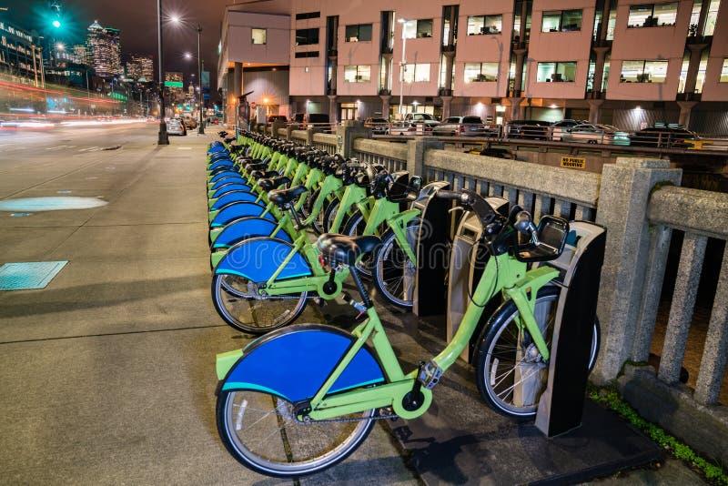 Miasto rowery dzieli roweru wynajem usługa zdjęcia royalty free