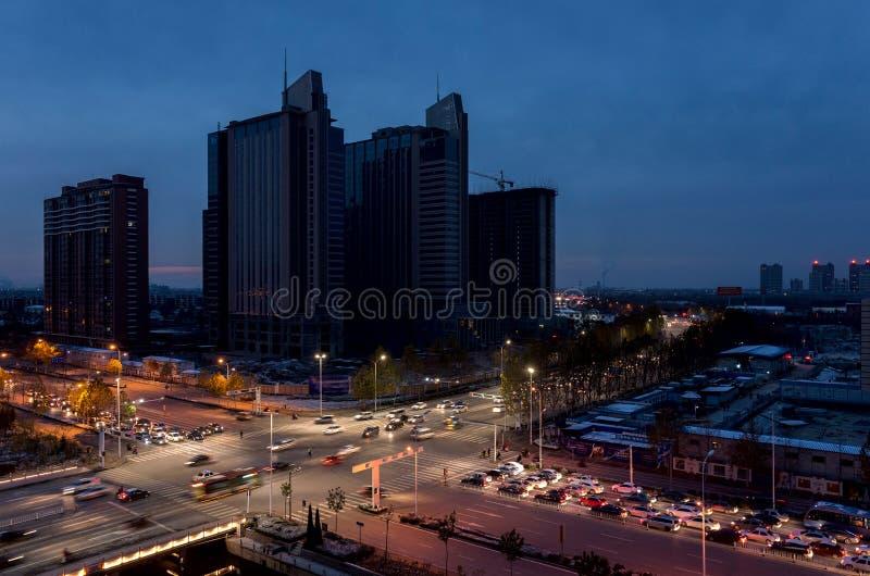 Miasto ruchu drogowego wieczór obrazy stock