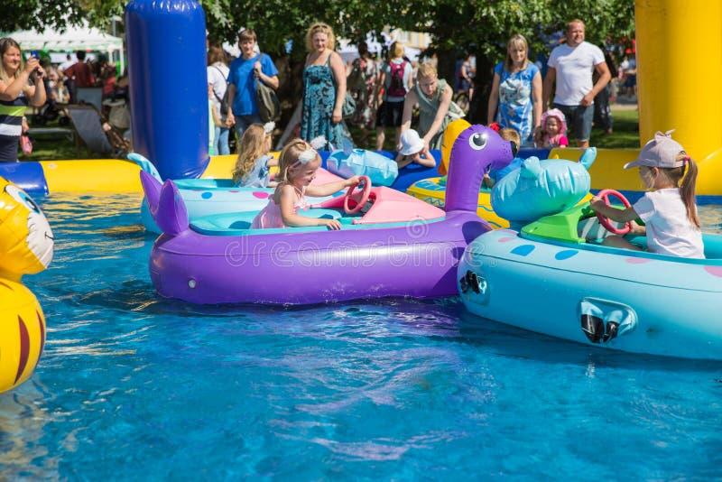 Miasto Ryski, Latvian republika Dzieci pływają w basenie łodzią 2019 27 Lipiec Podr??y fotografia zdjęcie stock