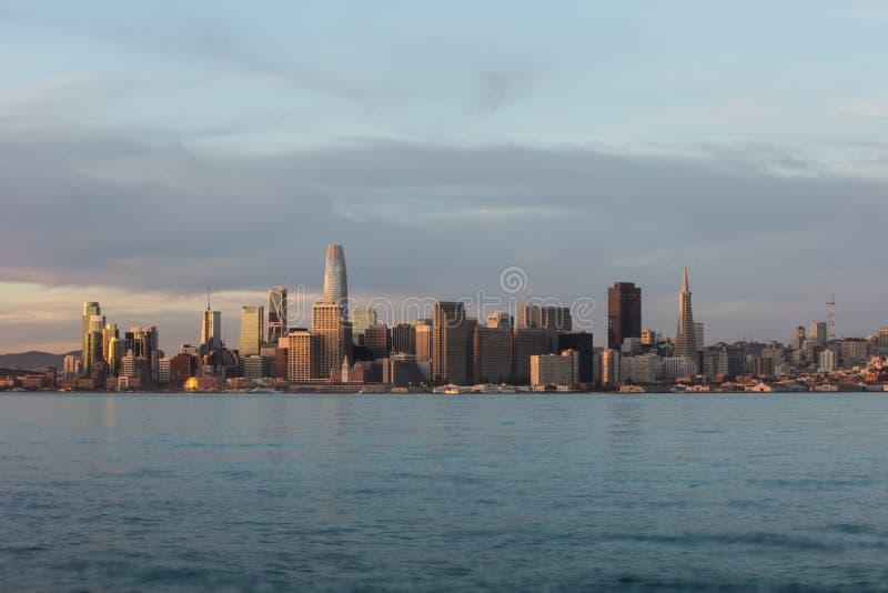 Miasto San Francisco linia horyzontu przy wschód słońca obrazy stock