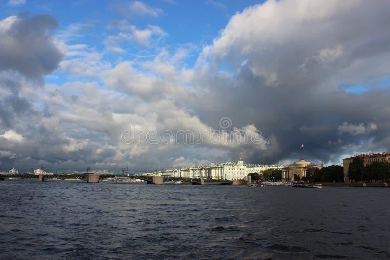 Miasto St Petersburg, pałac most zdjęcie royalty free