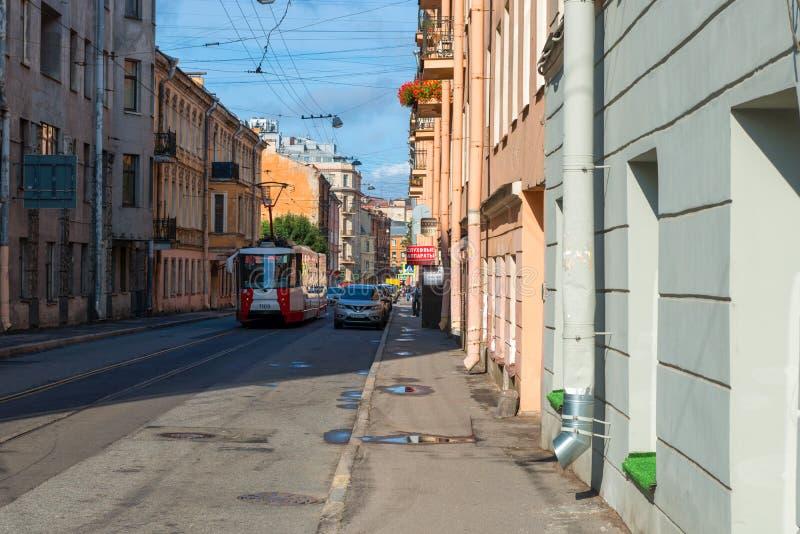 Miasto tramwaj iść wzdłuż Svechny pasa ruchu zdjęcia royalty free