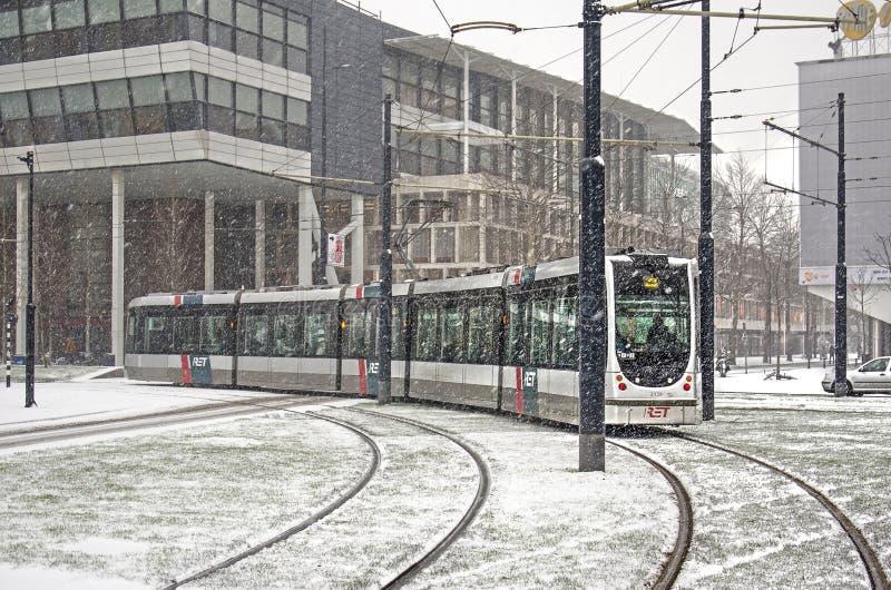 Miasto tramwaj w Rotterdam śnieżnej burzy obrazy royalty free