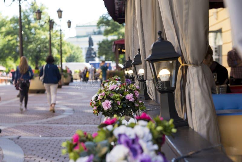 miasto ulica, St Petersburg, kwiatów garnki, latarnie uliczne, ludzie w fotografia stock